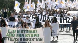 Yunan bayraklarıyla yürüdüler
