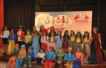 Şehit Ertuğrul İlkokulu Tiyatro Kulübü, her yıl olduğu gibi yine güzel bir oyunu sahneledi