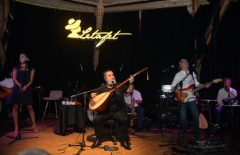 Merit Park Letafet Lounge Bar sahnesinde Soner Olgun, Ağustos ayının ilk konserinde, sevenleri ile buluştu