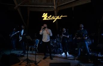 Ahmet Evan, renkli enerjisi ve güçlü sahne enerjisiyle Letafet Lounge Bar'ı coşturdu