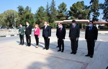 23 Nisan dolayısıyla Bakan Çavuşoğlu Atatürk Anıtına çelenk sundu