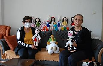 Çanakkaleli Müzeyyen teyze, salgın günlerinde örgü oyuncak üretiyor