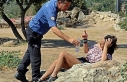 Turist kadın polisi ısırdı, çıplak adam sokakta...