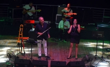Girne Amfi Tiyatro'da sahne alan Fatih Erkoç sevilen şarkıları söyledi
