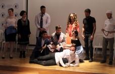 LAÜ'de, sahnelenen tiyatro oyunu öğrencilere eğlenceli vakit geçirme imkanı sundu