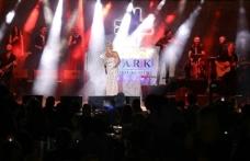 Merit Park Hotel'de sahne alan Sıla, enerjisi ve şarkılarıyla izleyenlerini kendisine hayran bıraktı