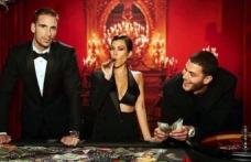 James Bond temalı doğum gününe katılan Kourtney Kardashian, stiliyle partiye ayak uydurdu