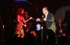 Merit Park Hotel'de sevenleriyle buluşan Ferhat Göçer 23 Nisan'ı sahnede kutladı