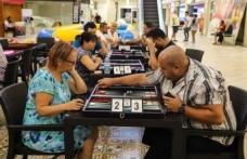 Büyük çekişmeye sahne olan tavla turnuvasına Mağusa, Lefkoşa ve Girne'den yaklaşık 60 oyuncu katıldı