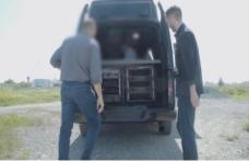 Van araç içinde konuşmaları dinliyordu