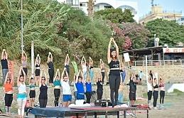 Girne Belediyesi, Kervansaray Halk Plajı'nda yoga etkinliği gerçekleştirdi