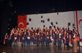 YDÜ Tıp Fakültesi'nden mezun olan öğrenciler,...