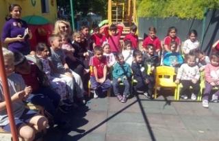 Boğazköy'deki okulda minikler hem eğleniyorlar,...