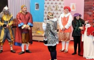 İskele Belediye Tiyatrosu oyununu öğrenciler için...