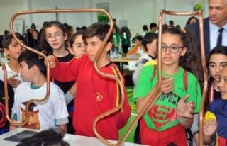 Doğu Akdeniz Doğa Koleji Bilim Şenliğinde öğrenciler...