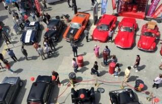 Girne'de düzenlenen açık hava klasik otomobil...