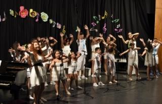 Lefkoşa Belediye Orkestrası Çocuk Korosu verdiği...