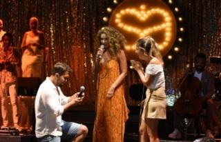 Datça Açıkhava Tiyatrosu'nda hayranları ile...
