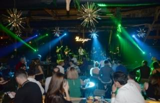 Ahmet Evan, Merit Park Letafet Lounge Bar'da sevenlerinden...