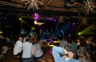 Evan, Letafet Lounge Bar'ı dolduran misafirleri,...