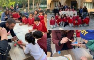 Güngördü, çocuklarla birlikte resim yaparak oyunlar...