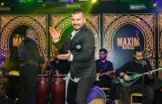 Maxim Royal'de sahne alan Sinan Yıldırım şarkılarını...