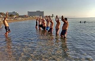 Herdaimdostlar Grubu plajda jimnastik yaptı
