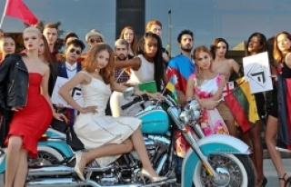 Güzeller Harley  Davidson'a bindi