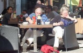 Kıbrıs'ın tadını turistler çıkarıyor