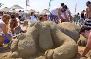 Kumdan heykel yaptılar