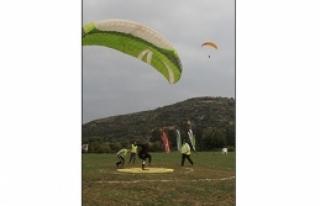 Paraşütler havalandı