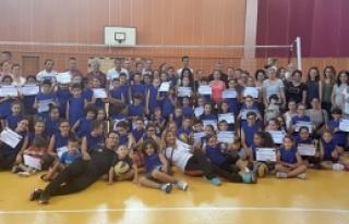 Yaz -Kış Voleybol Okulu'nda sertifikalar verildi