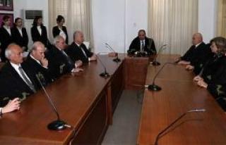Yeni atanan yargıçlar yemin ederek görevlerine...