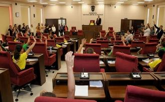 Milletvekillerinin koltuğuna oturan çocuklar, ilk iş olarak hafta sonu tatilini 3 güne çıkardı