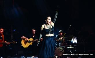 Sertab Erener, dünden bugüne en sevilen şarkılarını akustik-elektrik performansıyla yeniden seslendirdi
