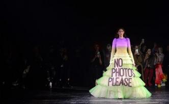 Ünlü marka Viktor & Rolf, Paris Moda Haftası'ndaki defilesi ile dikkat çekti