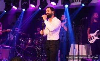 Sevilen sanatçı Koray Avcı, en özel şarkılarını Merit Lefkoşa'nın misafirleri için söyledi