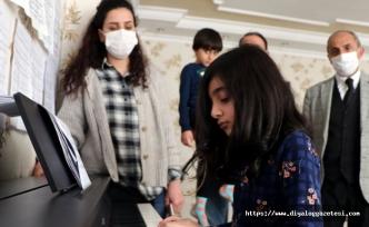 5'inci sınıf öğrencisi Cemre Jinda Kesici piyano festivalinde ödül aldı
