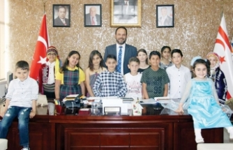 İskele Belediye Başkanı Hasan Sadıkoğlu koltuğunu çocuklara devretti
