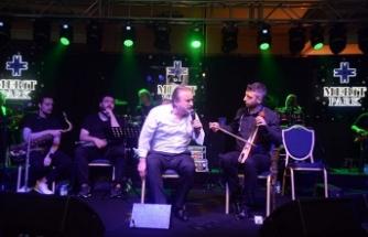 """Volkan Konak, Merit Park'ta hayranlarına unutulmaz bir gece yaşattı """"Kıbrıs'ı seviyorum"""""""