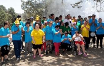 Rehabilitasyon merkezlerindeki öğrenciler için düzenlenen pikniğe Bakan Çeler de katıldı