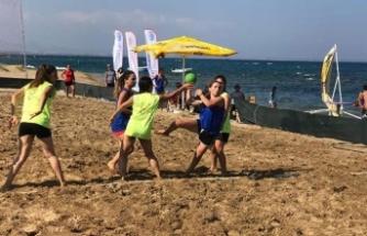 Plajda hentbol başladı