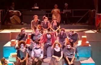 Hayalet Kumpanya'nın prömiyeri, Tiyatro Festivali'nin açılış gecesinde Bandabulya Sahnesinde yapıldı