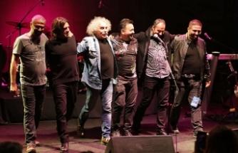 """İstanbul """"mor ve ötesi, Yeni Türkü ve Mehmet Güreli"""" konserleriyle unutulmaz bir müzik gecesi yaşadı"""