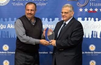 DAÜ'de 25'inci yılını dolduranlara ödülü verildi