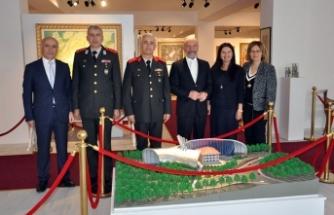 Tuğgeneral Tevfik Algan ve eşi, Kıbrıs Cumhuriyet Sergisi'ni ziyaret etti