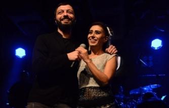 Yıldız Tilbe, sanatçı dostu Mehmet Erdem'i sahnesinde ağırladı