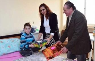 İktisatbank Geleneksel Çocuklar İçin El Ele Kampanyası'nda toplanan hediyeler sahiplerine teslim edildi.