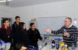 GAÜ'yü ziyaret eden Lapta Yavuzlar Lisesi öğrencileri ilgi duydukları bölümler hakkında bilgi aldı