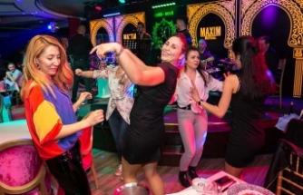 Gazino konsepti ile müdavimleri her geçen gün artan Maxim Royal'de müzik ve şov bir arada sunuluyor